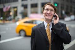 Kaukasischer Geschäftsmann, der auf Mobiltelefon spricht Stockfotos