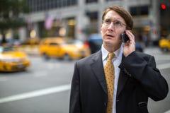 Kaukasischer Geschäftsmann, der auf Mobiltelefon spricht Stockfoto
