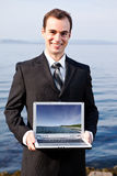 Kaukasischer Geschäftsmann mit Laptop Lizenzfreie Stockbilder