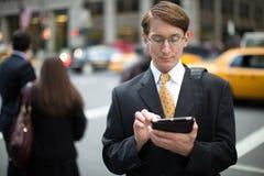 Kaukasischer Geschäftsmann unter Verwendung des Tabletten-PC Lizenzfreie Stockfotos