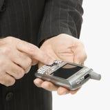 Kaukasischer Geschäftsmann unter Verwendung PDA. Stockfotografie
