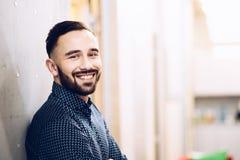 Kaukasischer glücklicher lächelnder Geschäftsmann in seinem Büro lizenzfreies stockfoto