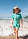 Kaukasischer Junge, der auf den Strand geht Stockbilder