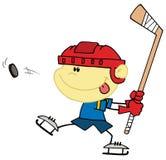 Kaukasischer Junge, der Hockey spielt Stockfotografie