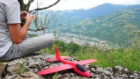 Kaukasischer Junge, der mit einem Flugzeugmodell spielt Kinderbild mit einer hölzernen Fläche auf einem Gebiet Junge in den Natur stock video footage