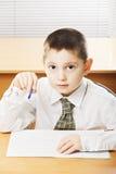 Kaukasischer Junge mit Stift und Schreibheft stockbild