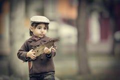 Kaukasischer kleiner Junge in einem Sommerhut draußen Stockfotografie