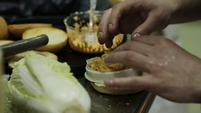 Kaukasischer Mädchen gesunder Chargrilled-Rindfleisch-Burger-fettarmes zufälliges Essenkochen stock video footage