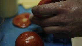 Kaukasischer Mädchen gesunder Chargrilled-Rindfleisch-Burger-fettarmes zufälliges Essenkochen stock video
