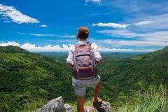 Kaukasischer Mädchenstand, zum von Landschaft von Mini-Adams-Spitze aufzupassen Lizenzfreies Stockbild
