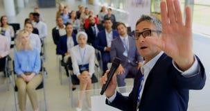 Kaukasischer männlicher Sprecher, der in einem Geschäftsseminar 4k spricht stock footage