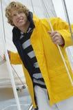 Kaukasischer Mann auf der Stellung auf Segelboot Lizenzfreies Stockfoto