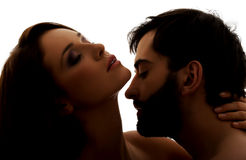 Kaukasischer Mann, der den Hals der Frau küsst Stockfoto