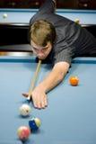 Kaukasischer Mann, der Pool spielt Lizenzfreie Stockfotos