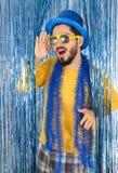 Kaukasischer Mann macht lustige Haltung Brasilianer trägt einen Zylinder, sungl Stockfotografie