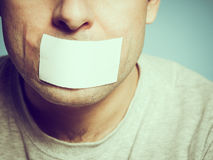 Kaukasischer Mann mit Panzerklebeband auf dem Mund, weiß Lizenzfreie Stockbilder