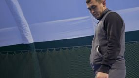 Kaukasischer Mann schlug den Tennisball stock footage