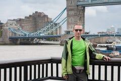 Kaukasischer Mann steht auf Damm von der Themse, an Rückseite Lizenzfreie Stockbilder