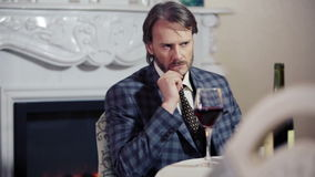 Kaukasischer Mann traurig im Restaurant in der Erwartung Porträt eines einsamen Mannes in einem Restaurant mit einem Glas Wein stock video footage