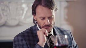 Kaukasischer Mann traurig im Restaurant in der Erwartung Porträt eines einsamen Mannes in einem Restaurant mit einem Glas Wein stock video