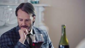 Kaukasischer Mann traurig im Restaurant in der Erwartung Porträt eines einsamen Mannes in einem Restaurant mit einem Glas Wein stock footage