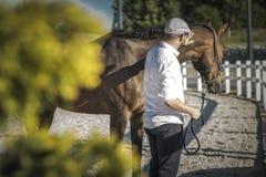 Kaukasischer Pferdeinhaber lizenzfreies stockfoto