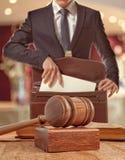 Kaukasischer Rechtsanwalt vor Gericht Lizenzfreie Stockfotografie