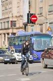 Kaukasischer sportlicher Radfahrer im beschäftigten Verkehr, Shanghai, China Lizenzfreie Stockbilder