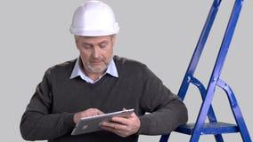 Kaukasischer Vorarbeiter, der Computertablette verwendet stock footage