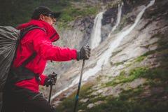 Kaukasischer Wanderer auf einer Spur lizenzfreie stockfotos