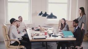 Kaukasischer weiblicher Führer motiviert glückliche multiethnische Kollegen an der gesunden Bürogeschäfts-Teambesprechungszeitlup stock video footage