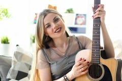 Kaukasischer weiblicher Musiker Playing Music zu Hause stockfotografie