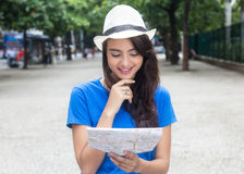 Kaukasischer weiblicher Tourist mit der Karte, die nach dem richtigen Weg sucht Lizenzfreie Stockbilder