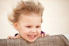 Kaukasisches blondes Baby mit Wind in ihrem Haar Lizenzfreie Stockfotos