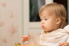 Kaukasisches blondes Essen des kleinen Mädchens Lizenzfreies Stockfoto