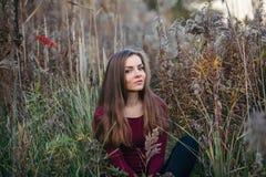 Kaukasisches blondes junges Schönheitsmädchen mit dem langen Haar Lizenzfreies Stockbild