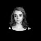 Kaukasisches blondes Mädchen über schwarzem Hintergrund Stockbilder
