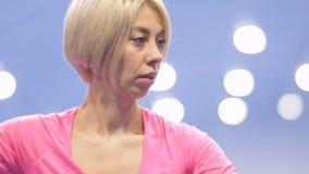 Kaukasisches blondes Spieltennis in slowmotion stock footage