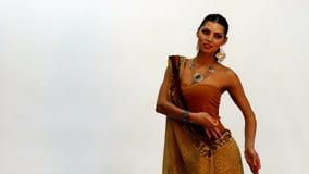 Kaukasisches Frauentanzen in der indischen Art stock video footage
