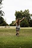 Kaukasisches jugendlich Frauen-Grey Dress Sandals On Green-Gras Stockbild