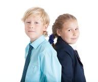 Kaukasisches Jungen- und Mädchenzusammen Porträt, blonde Kinder, lokalisierter weißer Hintergrund Stockbilder