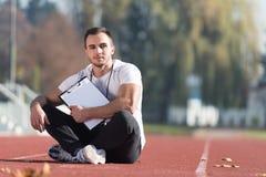 Kaukasisches Lehrer-Takes Notes On-Klemmbrett Lizenzfreies Stockbild