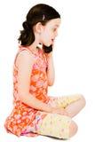Kaukasisches Mädchen, das auf Mobile spricht Stockbild