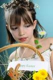 Kaukasisches Mädchen, das fröhliche Ostern wünscht Stockfotografie