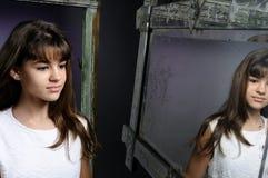 Kaukasisches Mädchen, das im Spiegel schaut Lizenzfreie Stockfotografie