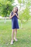 Kaukasisches Mädchen im grünen Park Lizenzfreies Stockfoto