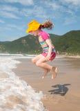 Kaukasisches Mädchen jumpimg Stockfoto