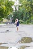 Kaukasisches Mädchen laufen in Sommer mit dem ungepflegten Haar Stockfotos