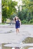 Kaukasisches Mädchen laufen in Sommer mit dem ungepflegten Haar Stockfoto