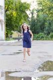 Kaukasisches Mädchen laufen in Sommer mit dem ungepflegten Haar Lizenzfreie Stockbilder